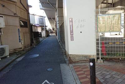 高架下の路地