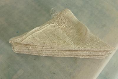 三角形に折りたたまれた麻のスカーフ