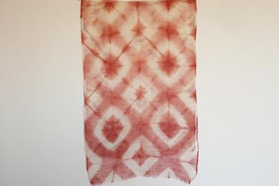 板締め絞りのアカネ染めスカーフ
