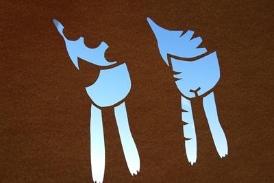 切り抜いた型紙と青空