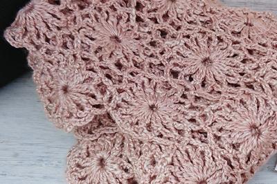ビワ染めのピンク色の編み物
