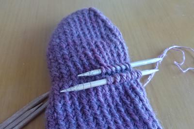 手袋の親指を編む