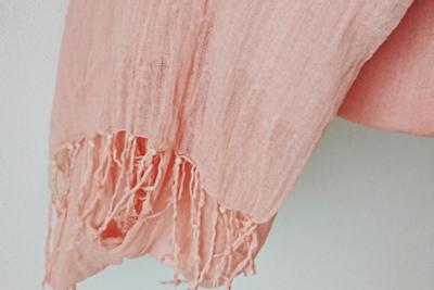 八重桜染めのピンクのストール