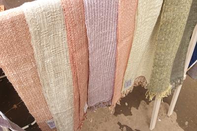 手織り手紡ぎの草木染めシルクストール