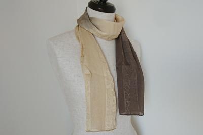 ヤシャシブ染めのスカーフ着用イメージ