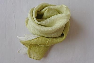 桑の葉染めのスカーフ
