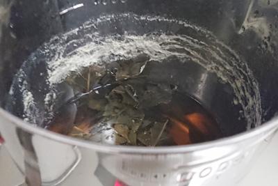 鍋の周りの白いカス