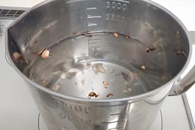 どんぐりを煮出す鍋