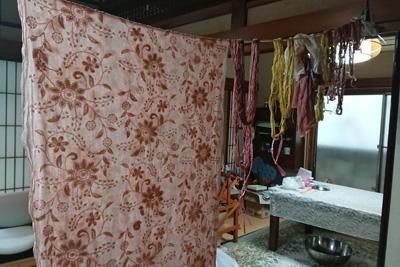 室内に干した草木染めストールや刺し子糸やサラシ