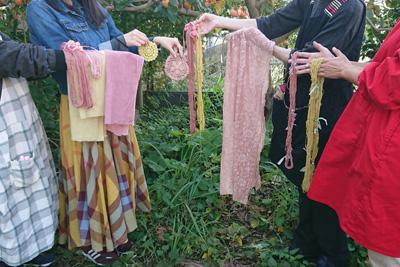柿の木の前で草木染めワークショップ記念撮影