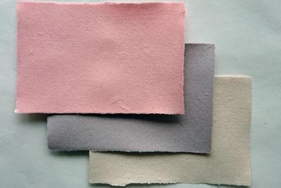 パルプを草木染めした紙