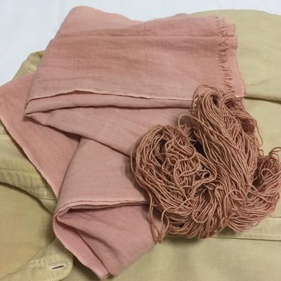 ソヨゴ染めの晒しと糸とシャツ