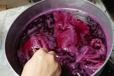 ラックダイ染色中の鍋