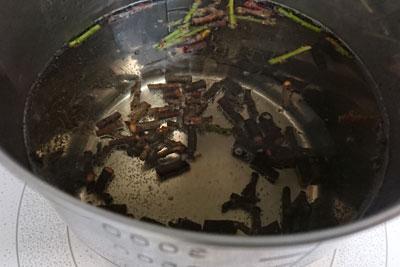 梅の枝の染液作り煮始め