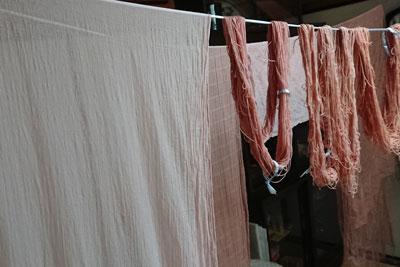 室内に干したストールと糸