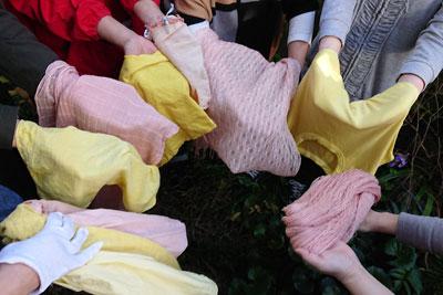椿染めのストール、Tシャツ、木綿糸
