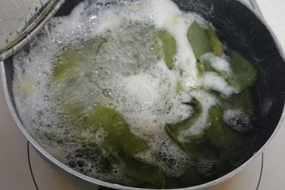 そら豆のさやを煮る