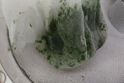 こし布でこした藍の葉