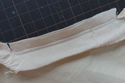 襟ぐりの裏側の縫い目