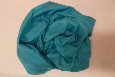 水洗い後の濡れた状態のシルク