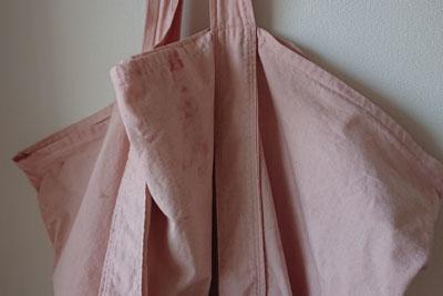 淡い色のバッグ