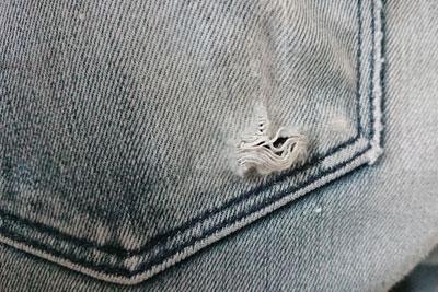 ジーンズ後ろポケットの破れ