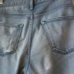 穴を修理したジーンズ