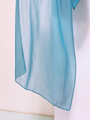藍の生葉染めシルクシフォンストール乾燥後の色